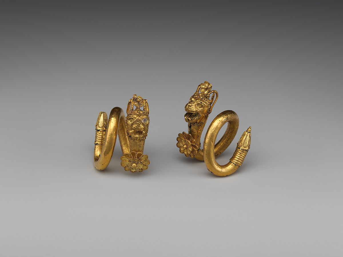 Gold And Copper : Gold and copper alloy spiral earring with lion griffin head
