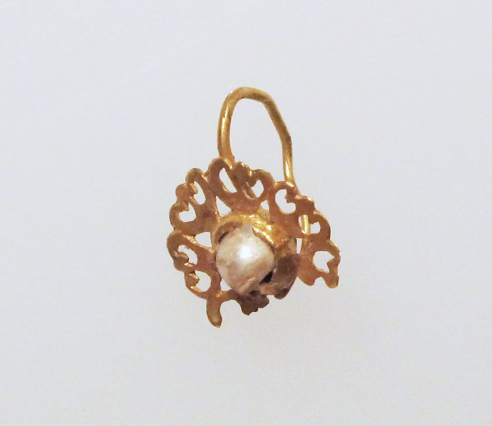 Gold earring with pelta disc and pearl setting, Gold, pearl, Roman