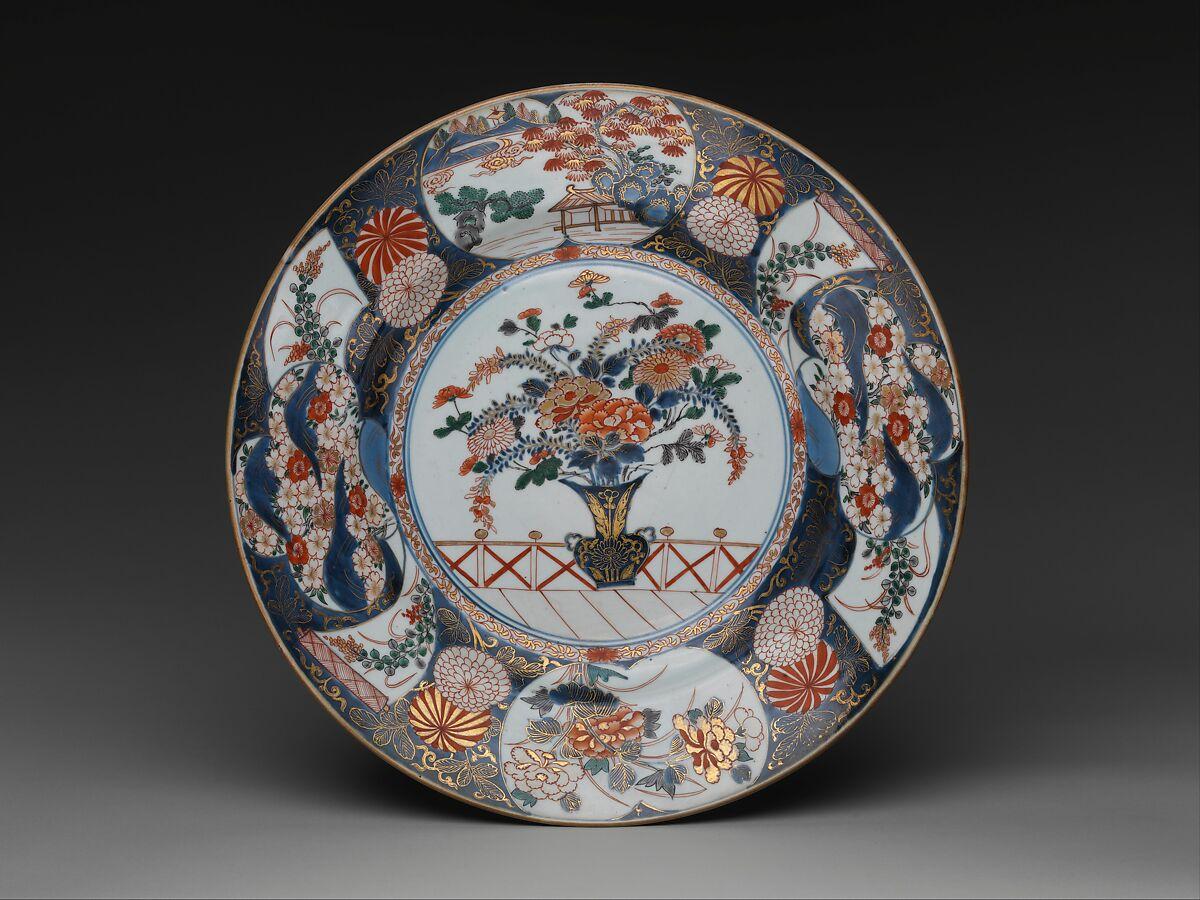 花瓶と花の皿、透明な釉薬の上に色のついたエナメルで塗られた磁器(有田焼、伊万里焼)、日本